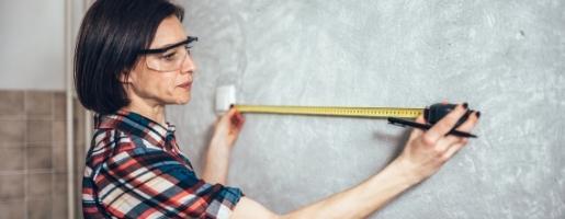 Projetista medindo parede para elaboração de um projeto de móveis planejados e móveis sob medida
