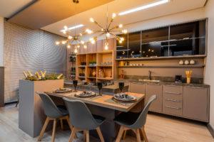 Cozinha planejada Lojas Veneza com ilha e mesa embutida com cadeiras